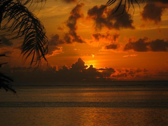 Pacific Resort Aitutaki: sunset from poolside