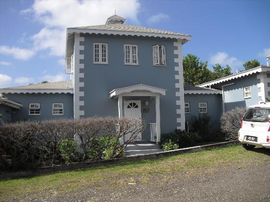 Gateway Villas: Main entrance with driveway