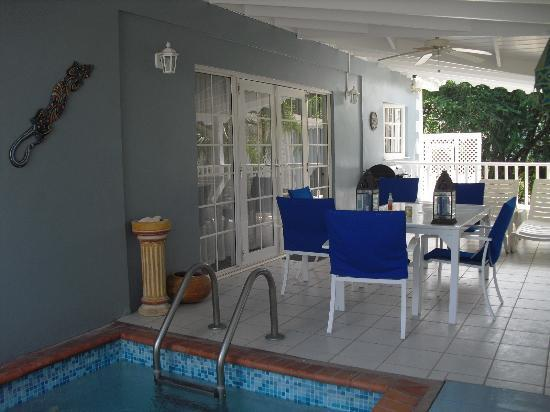 Gateway Villas: Patio with splash pool