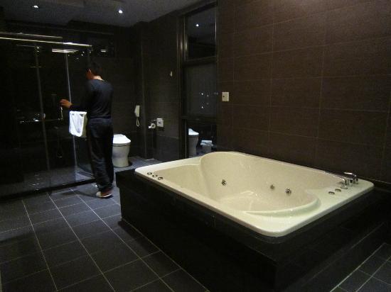 Skyline 196: 寬廣的浴室及雙人按摩浴缸