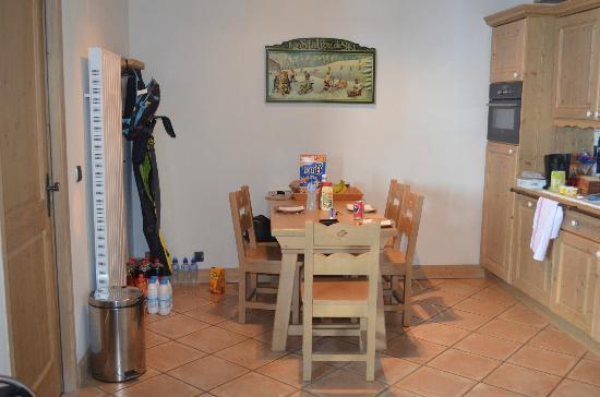 Residence CGH Le Nevada : cuisine salle à manger