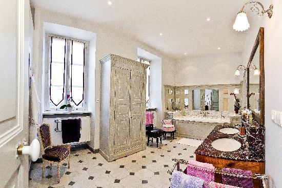 Salle de bain chambre mauve photo de le pigeonnier for Salle de bain mauve
