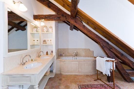 Le Pigeonnier: Salle de bain Chambre Pigeonnier