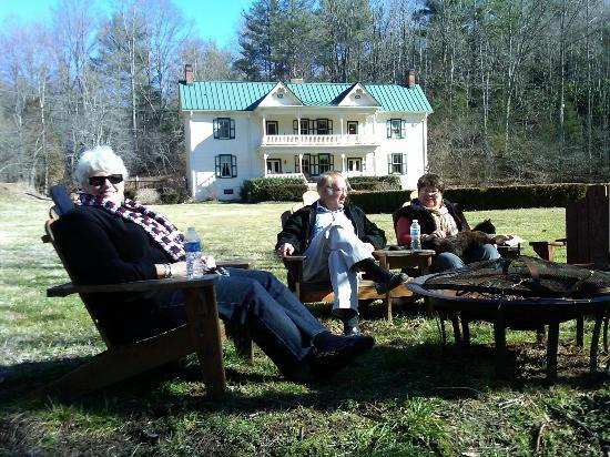 Mountain Rose Inn: Enjoying the cool morning by Rock Castle Creek in front of the inn.
