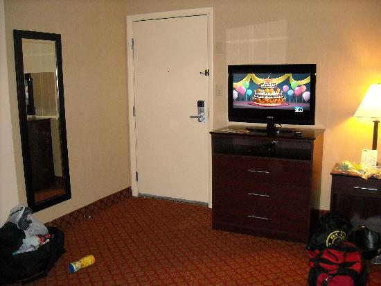Rodeway Inn & Suites: Nice big tv