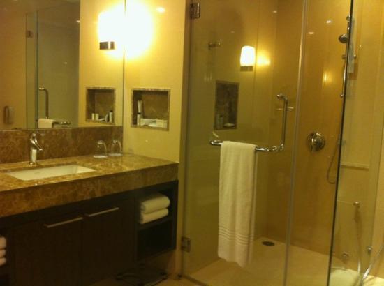 Sukhumvit Park, Bangkok - Marriott Executive Apartments: big bathroom
