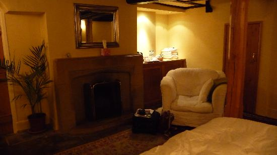 Heathrow Cottages: Ground floor room
