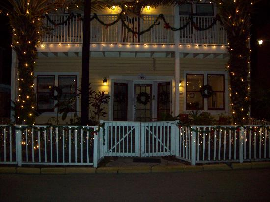 44 Spanish Street Inn: Front of Inn at Christmas