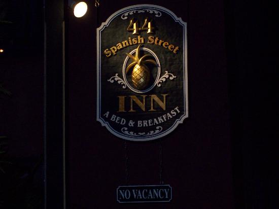 44 Spanish Street Inn: Sign