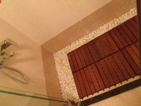 Hanoi Moment Hotel: Shower area