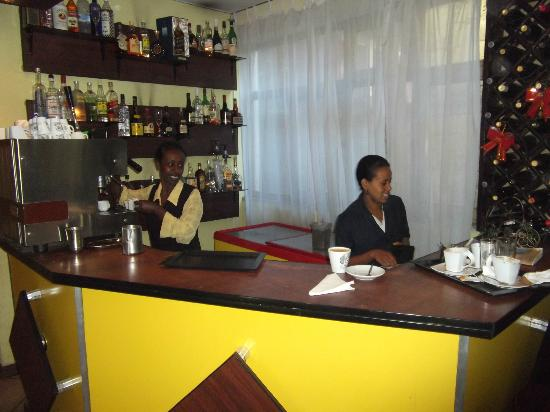 The Lion's Den Hotel: Bar