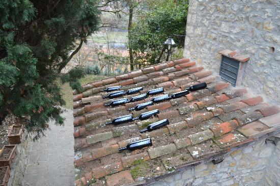 Podere Campriano: Wine bottles on roof