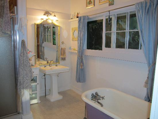 Haiku Plantation Inn: Maui Bed and Breakfast: Plumeria Suite bathroom