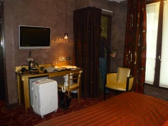 Hotel des Champs-Elysees: Room 302.