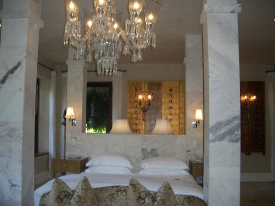 La Residence: Marble bed