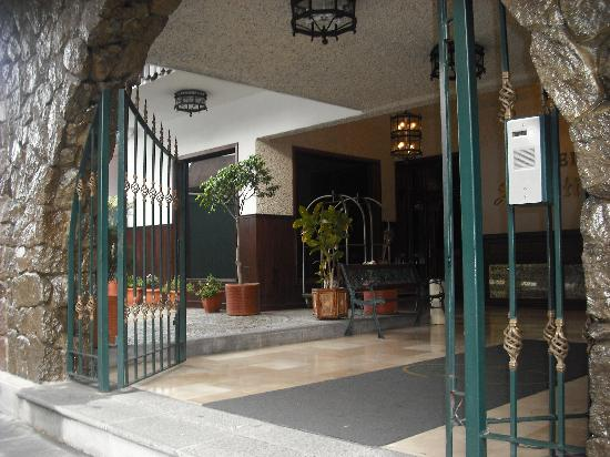 Hotel Sebastian: Front gate entrance