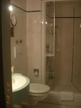 Hotel Praesident: ensuite shower room