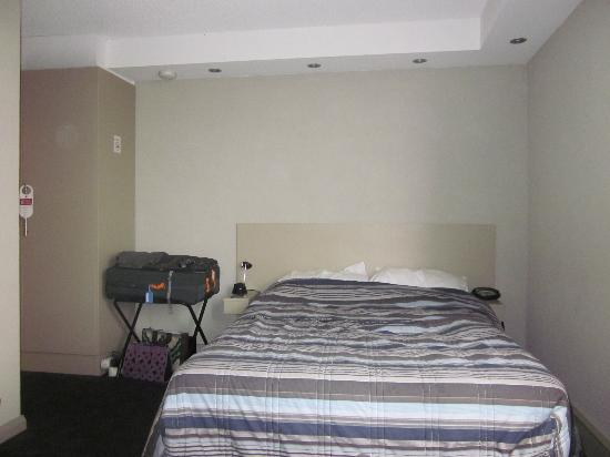 Parkville Place Apartments : Studio with queen bed