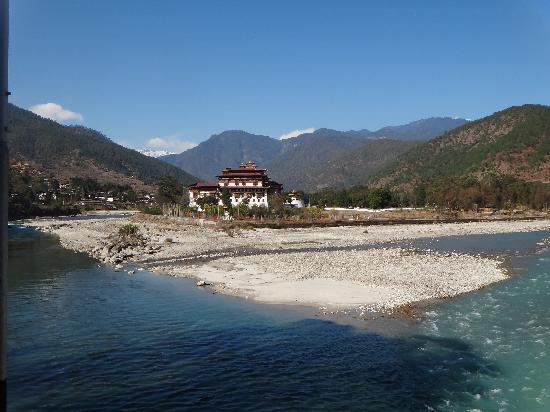 Punakha Dzong : Located at confluence of two rivers