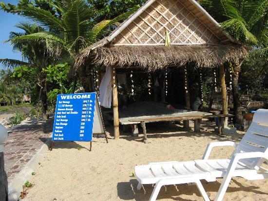 Lanta Il Mare Beach Resort : Massagehäuschen gleich am Strand vor dem Hotel