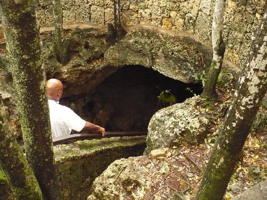 Los Tres Ojos: Bajando a la caverna