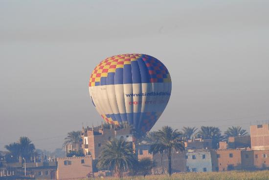 New Memnon Hotel: Every morning at sunrise there is a lot of baloons nearby