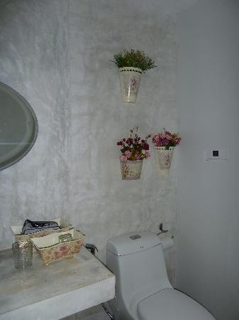 Surintra: Bathroom