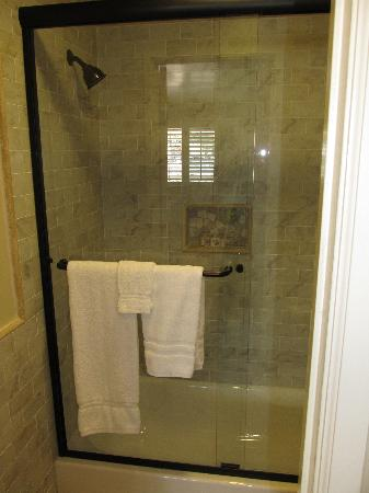 BeachComber Inn: Freshly remodeled bathroom