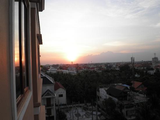 Royal Residence Phnom Penh: 5F窓から夕日を眺める