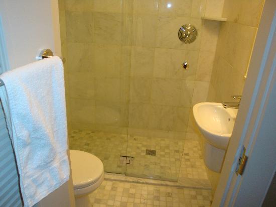 Chandler Inn: Snug bathroom with nice toiletries!
