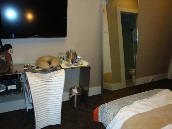 Chandler Inn: Full size mirror