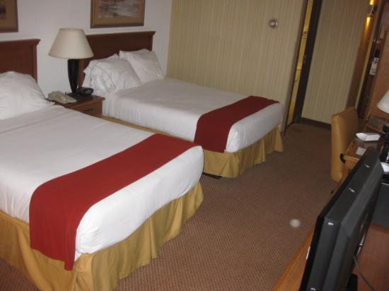 Holiday Inn Express San Antonio Airport: beds