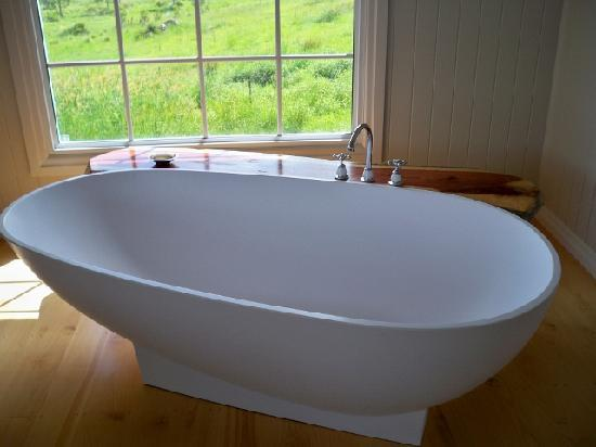 Samford Lakes Accommodation: Spillway Cottage - Bath Tub for Two