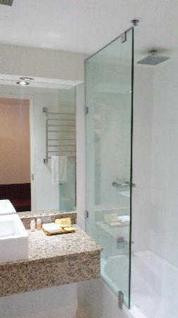 Hotel Grand Chancellor Launceston: Bathroom with rainforest shower head