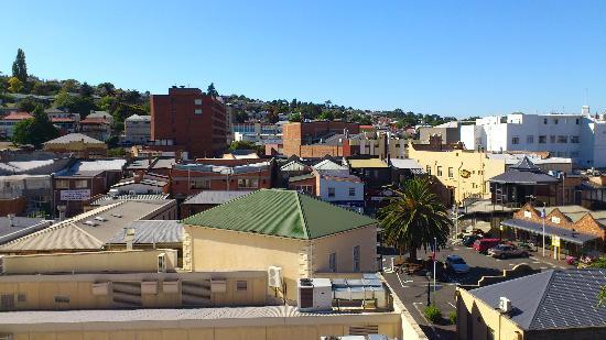 Hotel Grand Chancellor Launceston: View from window over shopping square behind hotel