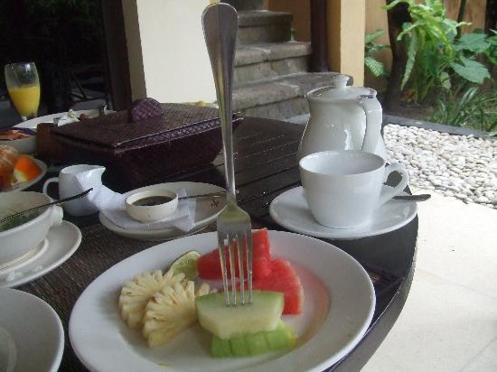 Atta kaMAYA Resort and Villas: 朝食。フォークも刺さらない固さのメロン。
