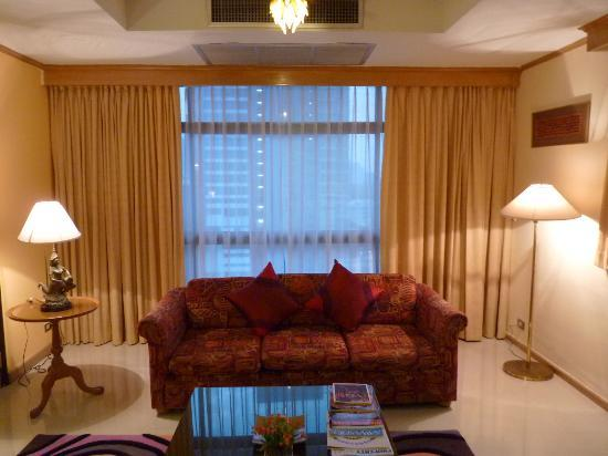 Pinnacle Lumpinee Park Hotel: Large, spacious suite with a view!