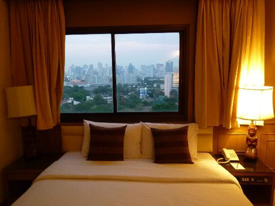 Pinnacle Lumpinee Park Hotel: Enjoyed the bed with a view!