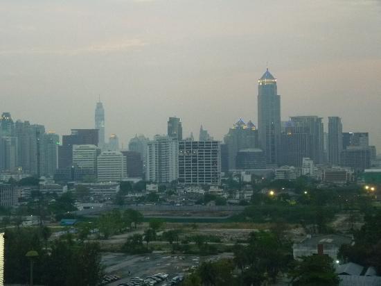 Pinnacle Lumpinee Park Hotel: View of Bangkok from my suite