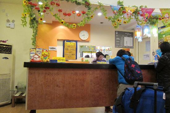 7 Days Inn Beijing Dongsi : Front Desk
