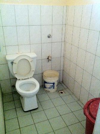 Jendi Seafront Lodge: Shared Bathroom, just gross....