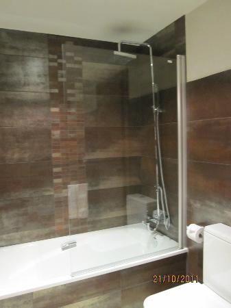 Hotel Cotori: Bañera y ducha