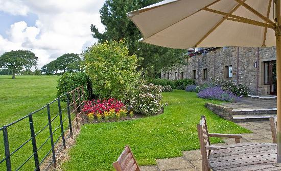 Best Western Garstang Country Hotel And Golf Centre: Patio area and gardens