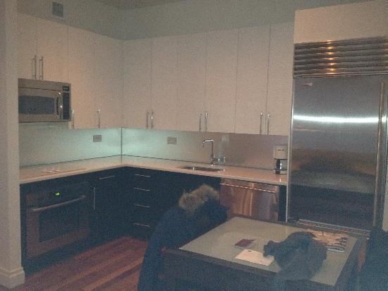 Cucina e tavolo allungabile - Picture of AKA Times Square ...