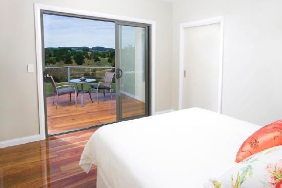 StoneTryst Villas: StoneTryst Bedroom opens onto deck & views