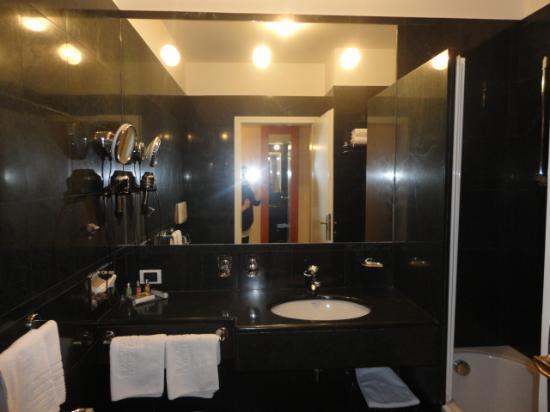 il bagno, bellissimo e spazioso! - Foto di Parkhotel Laurin ...