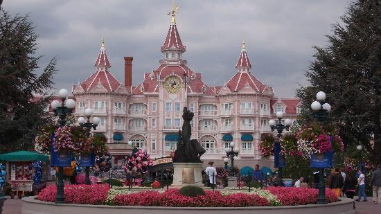 Disneyland Hotel : The hotel