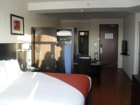 Holiday Inn Express Hotel & Suites Montreal Airport: Our room with 2 TVs and 1 sofa bed