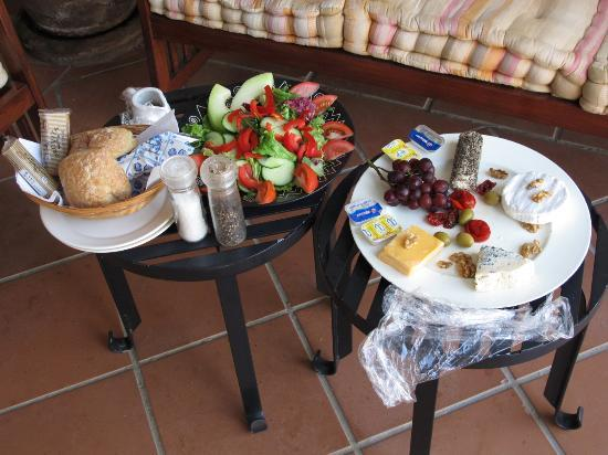 Allegria Guesthouse: Service: Salat und Käseplatte am Abend