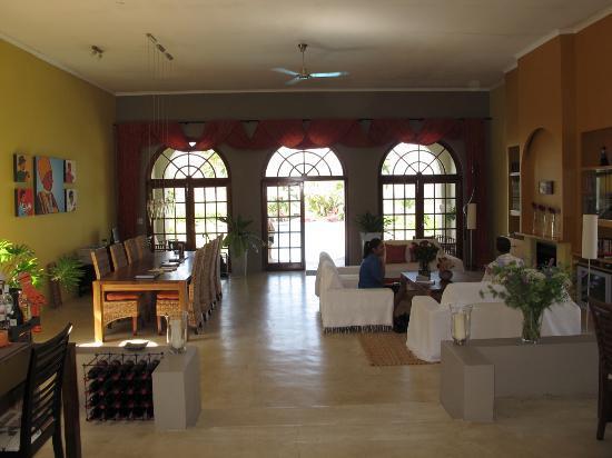 Allegria Guesthouse: Blick vom Aufenthaltsraum Richtung Pool